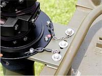 Steber STV-10/105 pritrjen na kabini vojaškega vozila - detajl pritrditve zgornjega dela stebra preko prve sidrne ploščice. Z odstranitvijo varnostnih zaponk lahko steber odstranimo za uporabo na tleh.