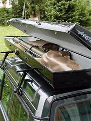 Steber STV-8/105 v transportnem kovčku na strehi vozila