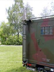 Steber STV-10/105 pritrjen na kabini vojaškega vozila - po končani uporabi vrh stebra prekrijemo s posebno platneno kapo.