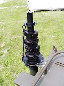 Steber STV-10/105 pritrjen na kabini vojaškega vozila - varnostna vrv med spodnjo in zgornjo sekcijo.