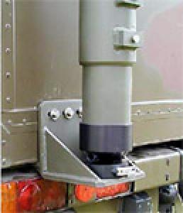 teber STV-10/105 pritrjen na  kabini vojaškega vozila - detajl pritrditve pete stebra. Poseben adapter z zavoro omogoča učvrstitev stebra v željeni poziciji.