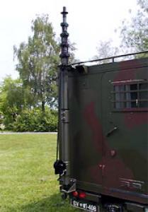 Steber STV-10/105 pritrjen na zadnjem delu kabine vojaškega vozila