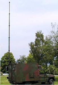 Steber STV-10/105 pritrjen na kabini vojaškega vozila - v raztegnjenem stanju